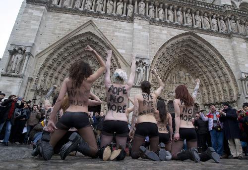 Feministky oslavujú odchod pápeža: