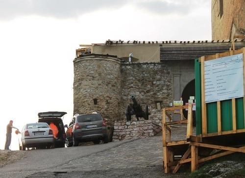 Počasie poškodilo strechu hradu