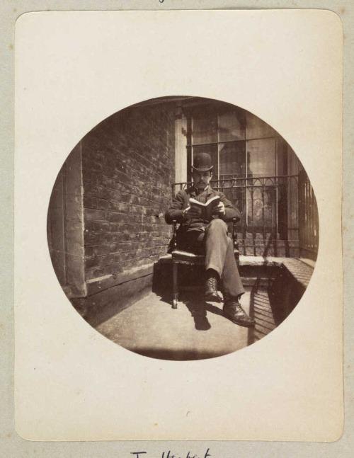 Sediaci muž, čítajúcu knihu,