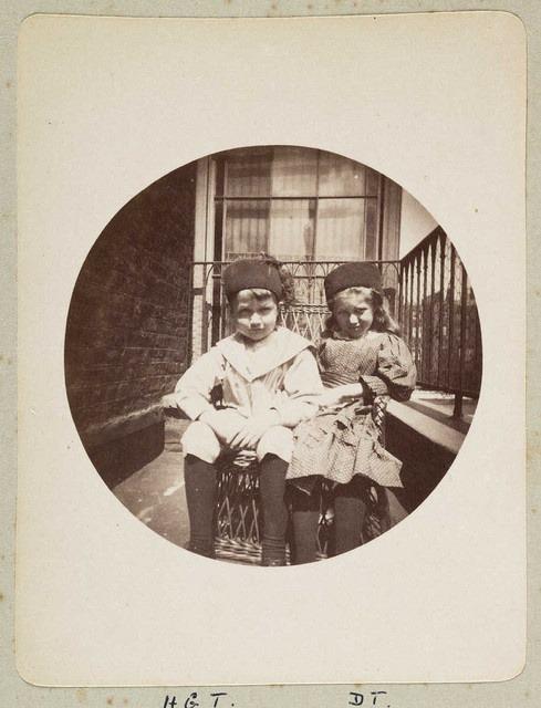 Dve deti na balkóne,