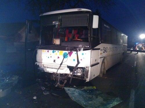 Ničivá zrážka autobusu s
