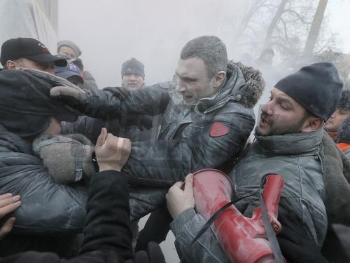 Demonštranti napadli aj boxera