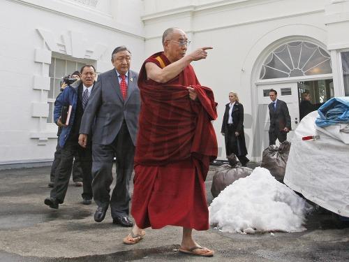 Dalajláma vychádza z Bieleho