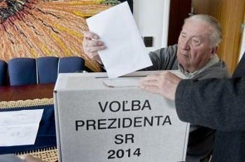 Michal Kováč vhadzuje volebný