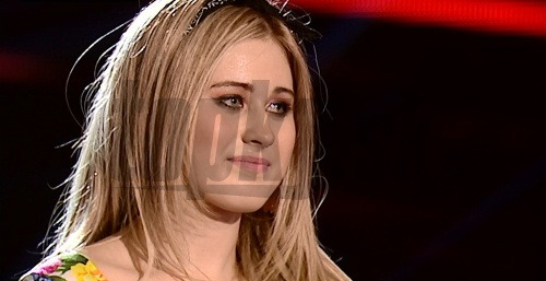 Speváčku zradila prikrátka sukňa.