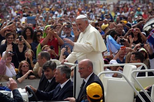 Pápež František prijal dreveného