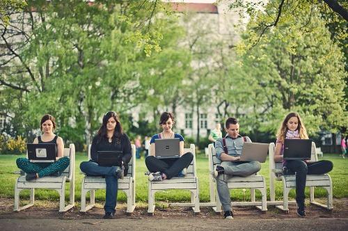Paradox internetu: Spája vzdialených,