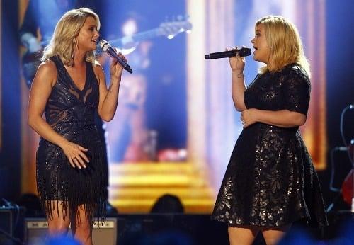 Kelly Clarkson (vpravo) sa