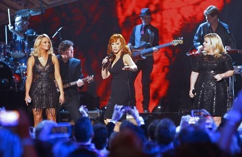 Kelly Clarkson (vpravo) nikdy