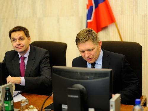(Zľava)  Podpredseda vlády