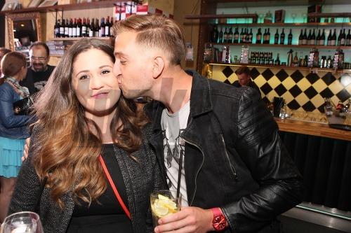 Samuel Tomeček s priateľkou