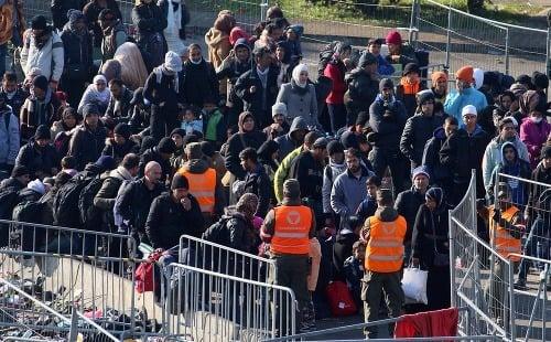 Migranti čakajú na slovinsko-rakúskych