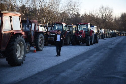 Grécki farmári sporadicky blokujú