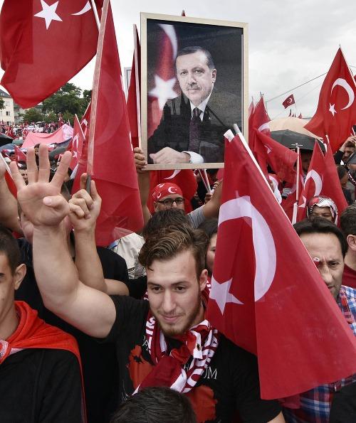 Masová demonštrácia stúpencov tureckého