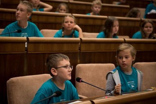 FOTO Deti kládli poslancom