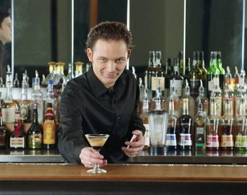Barman videl, ako zákazník