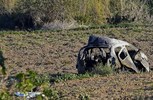Zničené auto novinárky.