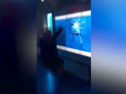 VIDEO Návštevník múzea zažil
