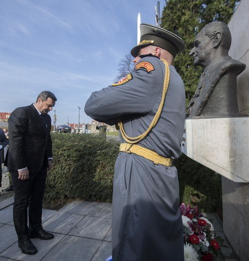 Andrej danko pred pamätníkom
