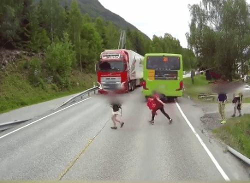 Deti vystúpili z autobusu