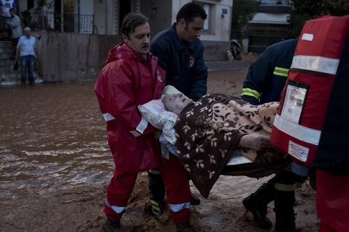 Okolie Atén zasiahli prívalové