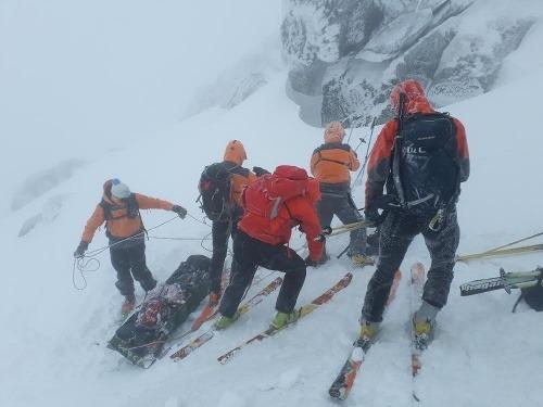 Horskí záchranári znášajú bezvládne