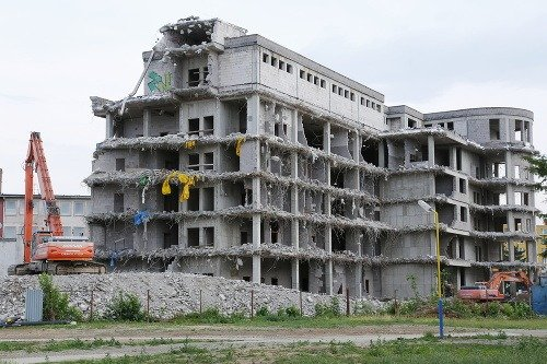 a3746cc10 Pôvodnú budovu rozostavanej nemocnice zbúrali FOTO Ohyzdná budova sa