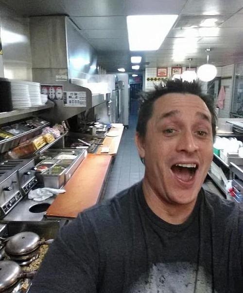 Alex prišiel do reštaurácie