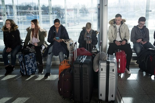 Na letisku uviazli stovky