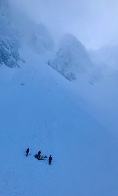 Dvoch horolezcov zasypala lavína.