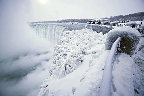 Niagarské vodopády zamrzli.
