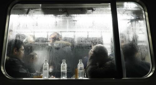 Husté sneženie uväznilo stovky