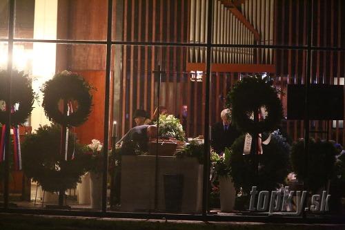 ad39d18c1 Ťažké lúčenie rodiny s Labudom (†73) v krematóriu: Zrútená manželka ...