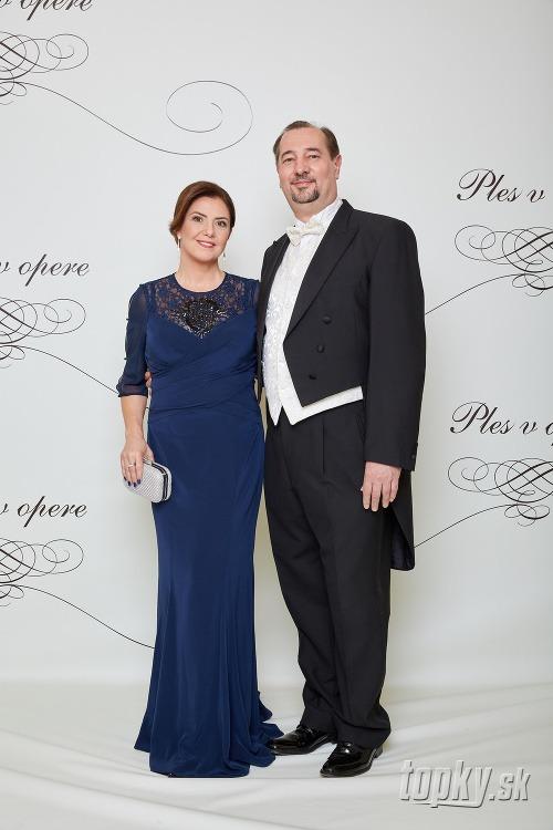 Ples v opere 2018  Plesové šaty prominentných Sloveniek... Prvé ... f461a58a8ce