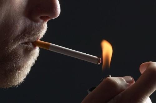 Muž na mužské fajčenie