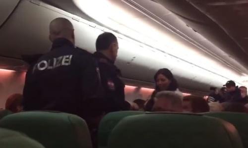 VIDEO Pasažier počas celého letu púšťal prdy  Neuveriteľný záver ... 9db64b2c2c7
