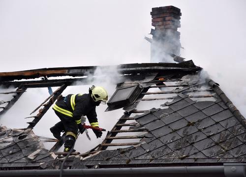 Strechu rodinného domu v okrese Trebišov zachvátil požiar: FOTO Zásah  hasičov | Topky.sk