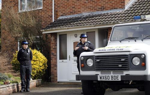 Policajtky hliadkujú pred domom