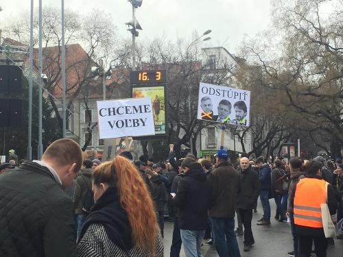Ľudia vychádzajú do ulíc