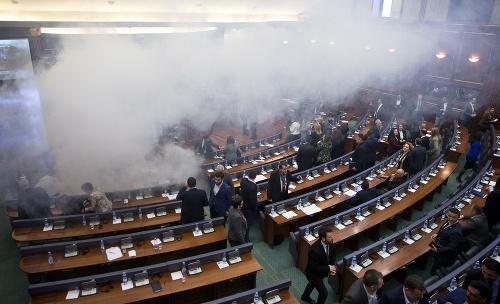 Kosovskí poslanci odchádzajú po