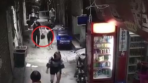 Muž kráča po chodníku,