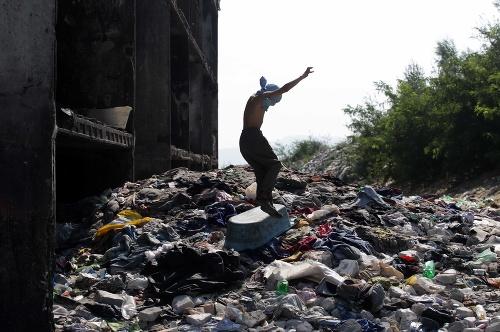 FOTO Hnusu, haldy odpadu