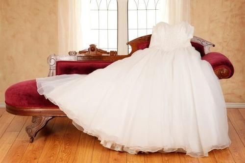 22618bb88036 Prečo sa nevesty obliekajú do BIELYCH svadobných šiat  Takéto ...
