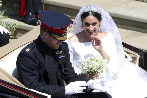 Šťastní novomanželia sa vezú