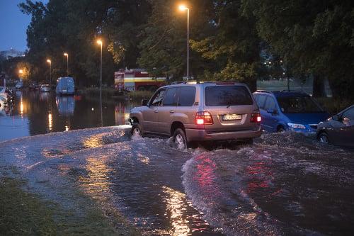 Na snímke zaplavené parkovisko