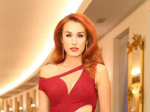 Krásna herečka a moderátorka