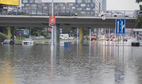 Zaplavené autá na Ružinovskej