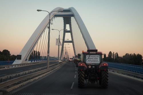Protestujúci farmári na traktoroch