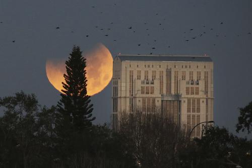Mesiac nahodí krvavý odtieň: