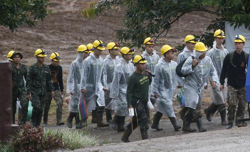 Záchranári kráčajú ku vchodu